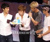 이민우, 멤버들과 함께 생일 파티!