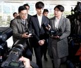 '음란물 유포혐의' 로이킴, 경찰서 출석