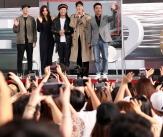 부산팬들과 인사하는 영화 '극한직업'주역들