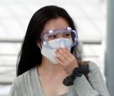 여자아이들 슈화 '마스크+고글+에코백 공항패션'