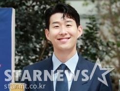 손흥민 '공식메달 들고 활짝'